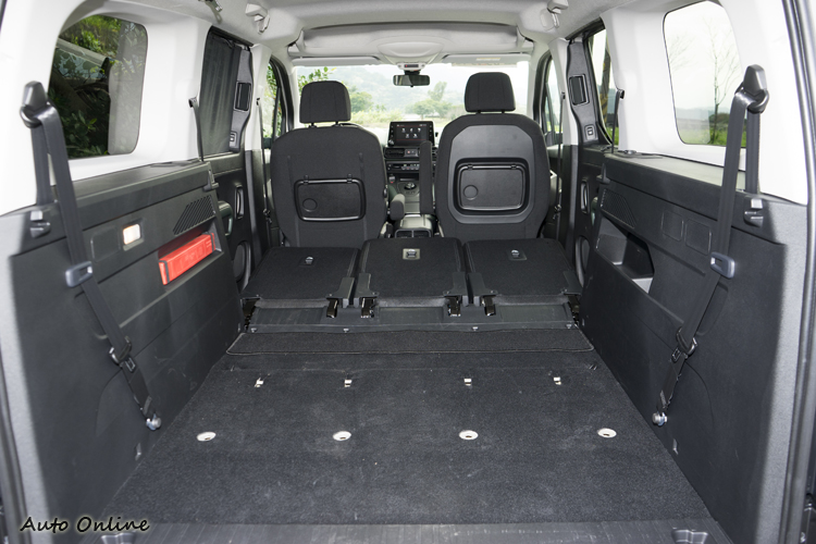 二、三排座椅椅背都可放倒,第三排也可整張拆下讓車子後方有850~1538公升的行李空間。