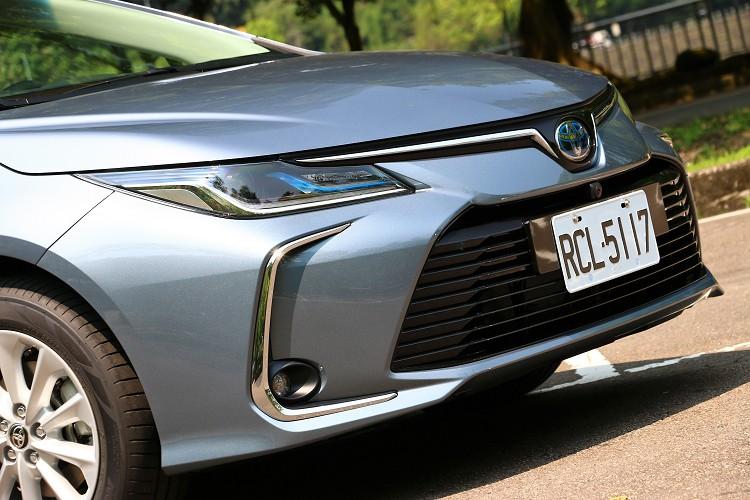 油電混合動力車型搭載LED Bi-Beam投射式頭燈,兩條明顯的LED光調日行燈與整體前臉完美搭配。