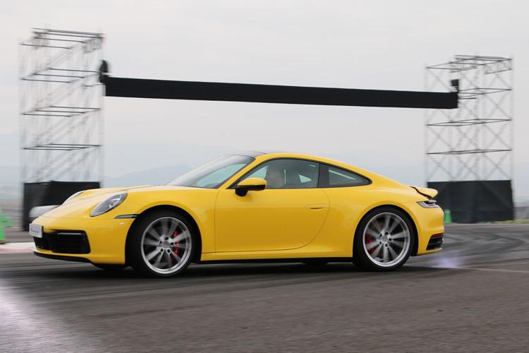 全新Porsche 911車身更寬、線條更俐落且科技更進化,最顯著的特色即是車尾加寬的擾流板與優雅的連續燈條,嶄新外觀設計融合歷代911車款的經典元素。