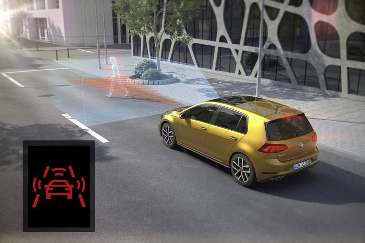 車前碰撞預警系統偵測到車輛或行人在前方距離過近,就會發出警示聲並微施煞車力道。