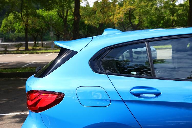 C柱的特殊線條搭配上流線車頂與尾翼,掀背車也能帶來跑格氛圍。