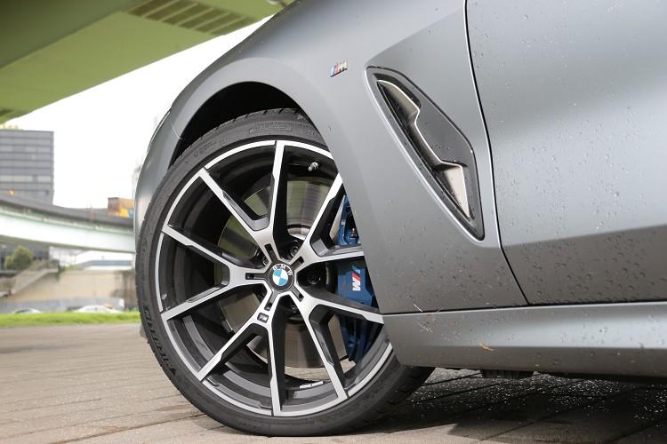 20吋規格的鋁圈配置,內部有藍色且有M字樣的運動化煞車套件,帶來犀利的制動效果。