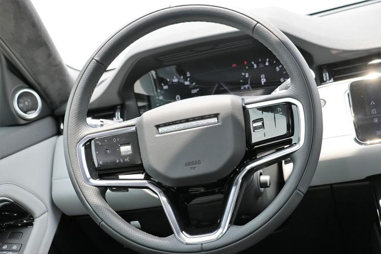 方向盤造型有所變動,左右兩邊的控制按鍵同樣在新年式車型上有所不同。