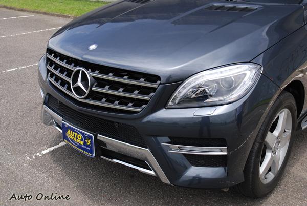 車頭巨型的三芒星廠徽有越做越大的趨勢,兩邊智慧型頭燈崁入類似燈眉的LED日間行車燈。