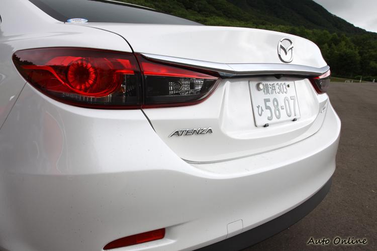 車尾燈具利用燈殼內的造型修飾,來提升車尾的科技與未來感。