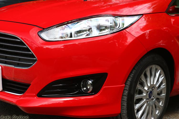 New Fiesta修改了大燈與霧燈造型,車頭感覺更加銳利。