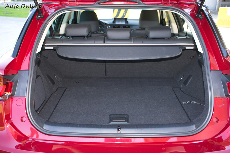鎳氫電池被巧妙地配置於後輪間,對行李空間的佔用不大。