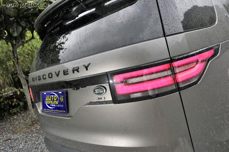 車尾LED導光條很有Ranger Rover的氛圍,黑套件後方字體也黑色烤漆處理。