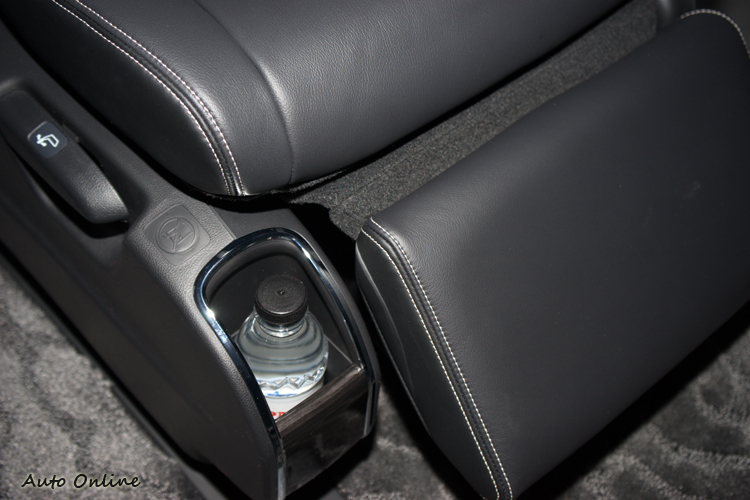 新的第二排獨立座椅增加了小置物盒。