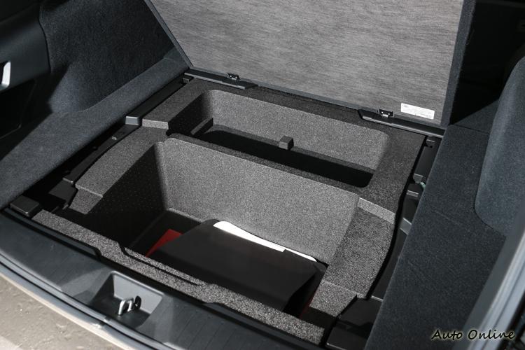後行李廂底板下方有隱藏的置物空間。