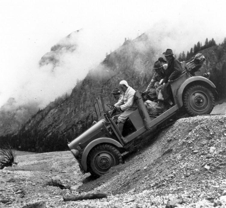 1937年研發的全新越野車G5(W152),採雙軸與短軸距設計,具備三個差 速器鎖定裝置與四輪轉向功能。