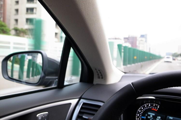 雄壯的A柱對於駕駛視野有些影響。