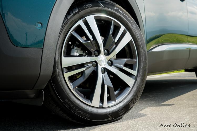 18吋鋁圈走鋒利風格。