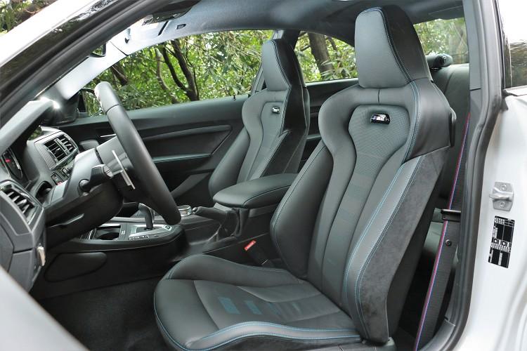 M款專屬雙前座跑車座椅,與M4敞篷版本相似,其良好的包覆性及椅背的肩部支撐,過彎時提供完美的側向支撐。