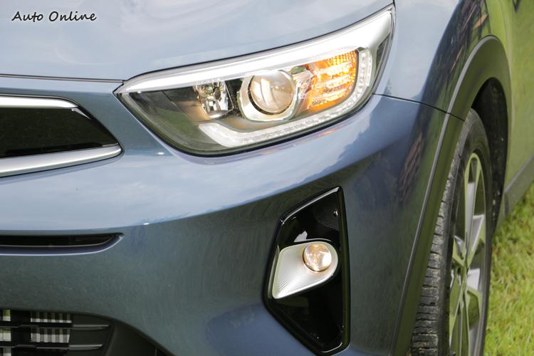 全車系標配霧燈,頭燈則是鹵素燈泡,驚豔版則升級LED日行燈。