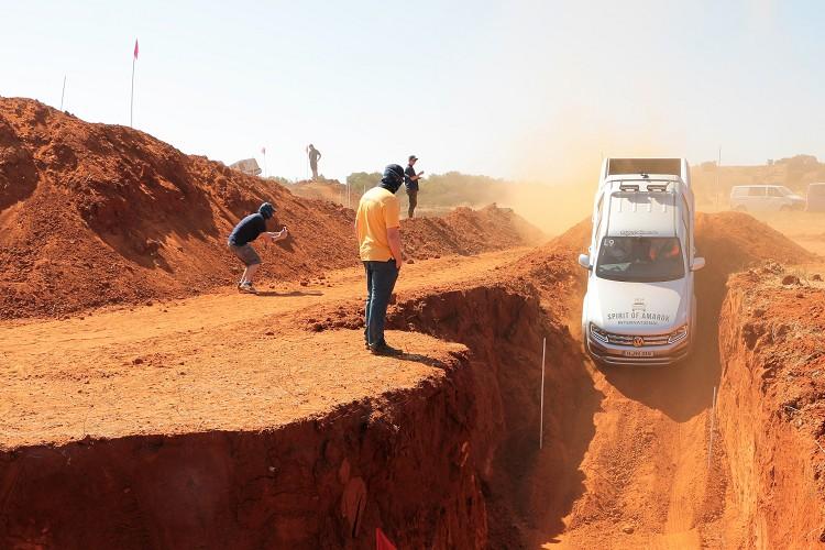 主辦單位刻意挖掘的大斜坡,可使用陡坡緩降功能可避免人為操作疏失。