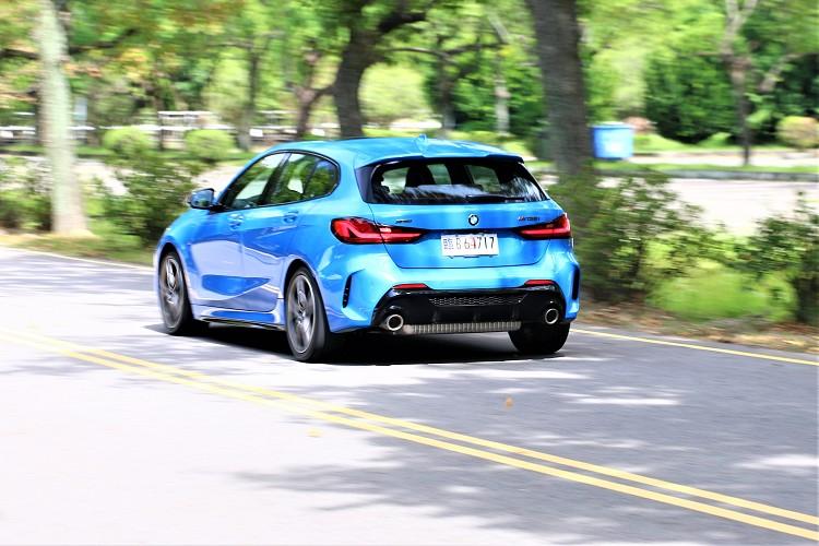全新1系列首批體驗全新M135i xDrive四輪驅動性能車型,這讓我想起先前試駕過的X2 M35i xDrive。