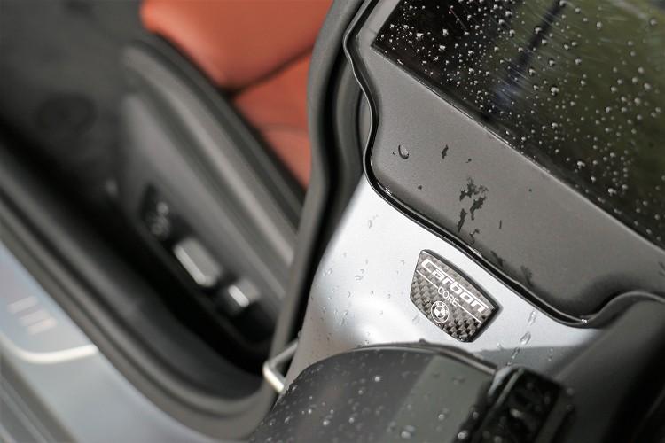 搭配強度更甚鋼材的輕量化CFRP碳纖維複合材質與鋁、鎂合金打造的車體結構,讓車重維持在1995公斤。