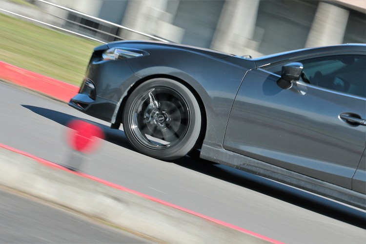 輪胎新裝磨合期約500公里左右,無法對於使用壽命有太多著墨。不過另一項原本讓人很擔心的胎噪問題,RE004也高標通過檢測。