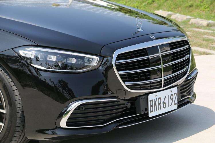 車頭依舊配置經典的柵欄式水箱護罩,內置雷達及鏡頭組。