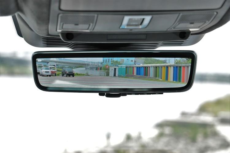 透車頂鯊魚鰭天線內專屬攝影機,可把影像投影到車內後照鏡上,如果不習慣也可轉為傳統後視鏡。