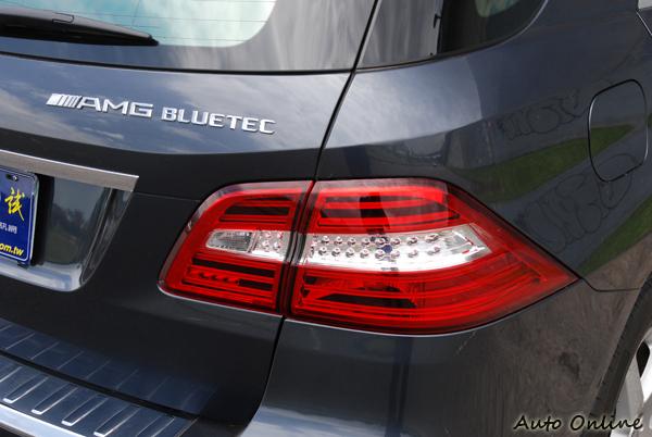 LED紅白相間的尾燈,帶有未來與科技感。