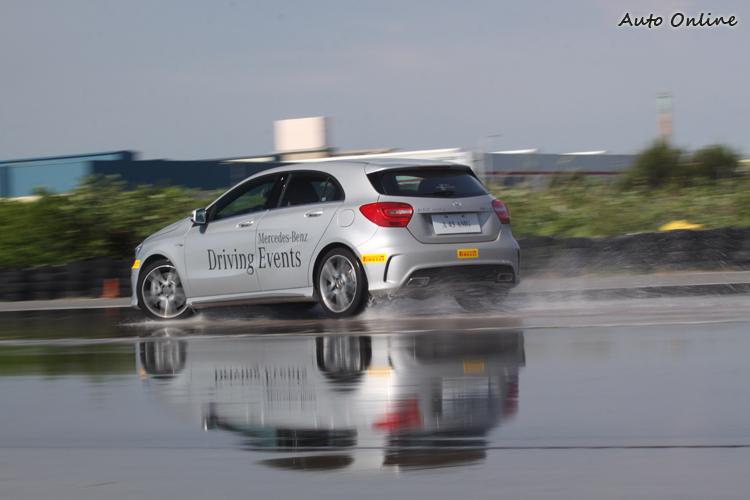 即使面對濕滑路面,A45 AMG也鮮少出現完全失控的狀況。
