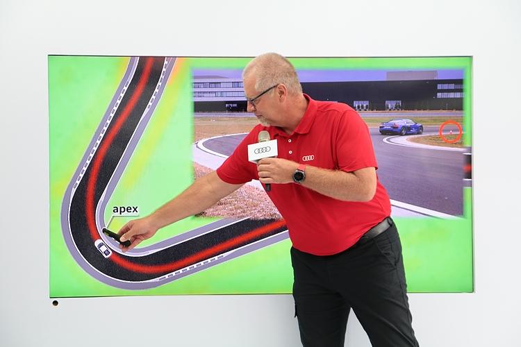 賽道體驗前先由總教練提示煞車和過彎技巧,路線選擇不是只有外內外那麼簡單,因應不同的車況和彎角,找到最有效率的駕駛風勢,就是精進技術的基本功夫。