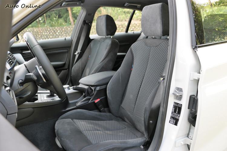 跑車化座椅包覆性好,大腿支撐也能客製化調整。