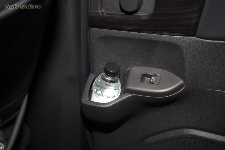 電動滑門把手旁也有置飲料空間。