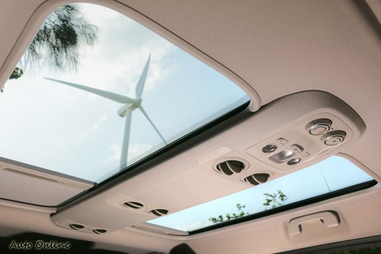 全景天窗提供明亮的車室氛圍,也為旅途增添更多樂趣。