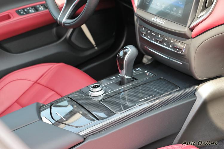 試駕車款選配熱血的碳纖維飾板搭配火紅皮革戰鬥氣息破表。