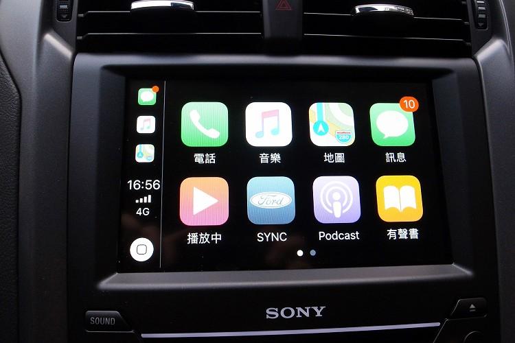 中控台上方8吋LCD觸控螢幕提供Apple CarPlay、Android Auto等智慧手機連結服務。