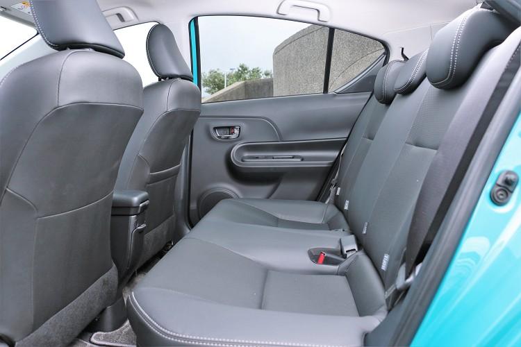 前座椅背薄型化,增加後座膝部空間,但礙於車高受限,頭部則有些壓迫。