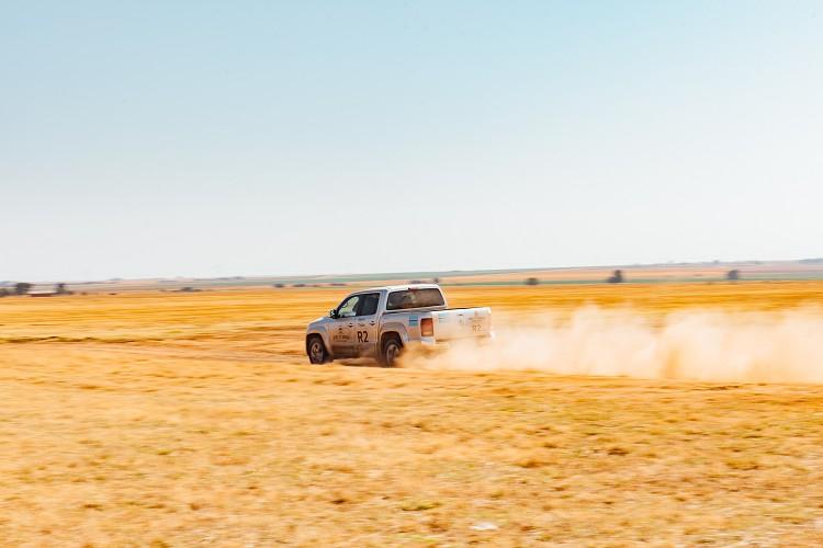 在高速的大草原上奔馳,讓我感覺有點像是在開WRC。