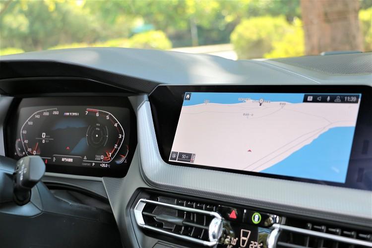 內裝跟上科技潮流,採用雙10.25吋螢幕配置。