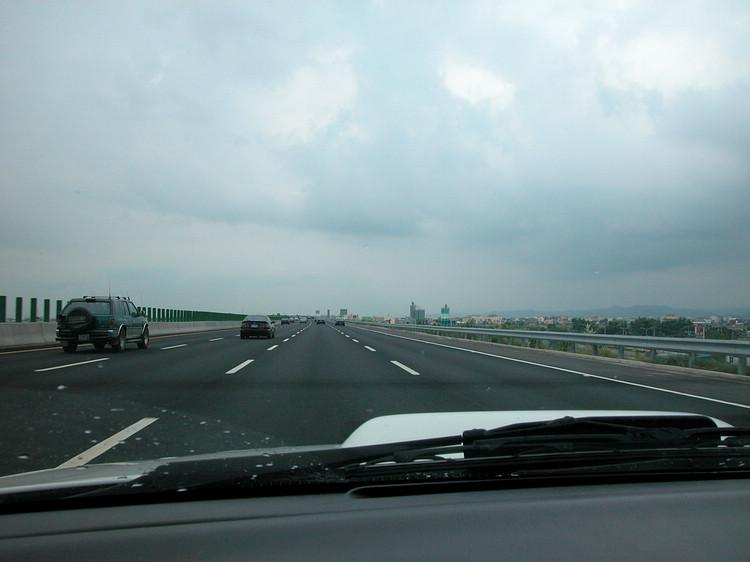 高工局認為,高速公路車道寬度約 3.5 至 3.75 公尺,較外側路肩 3 公尺為寬,開放路肩速限降低有其必要。