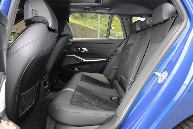 旅行車的強項在於B柱之後,空間上可展現卓越的機能性及舒適性,後座表現在於頭部空間比起轎車寬裕。