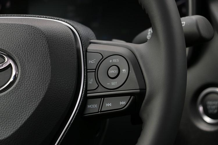 主動跟車系統的操作控制介面在方向盤左側。