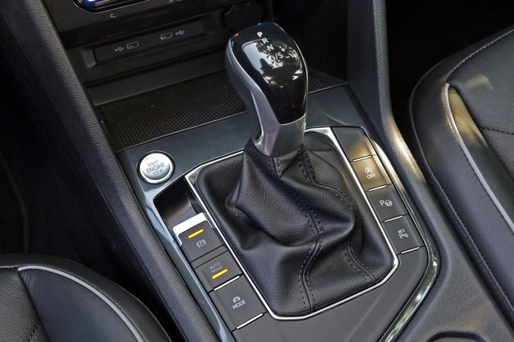 即使試乘車屬於較為偏向入門的車款,排檔桿兩旁功能鍵一樣全部塞滿。