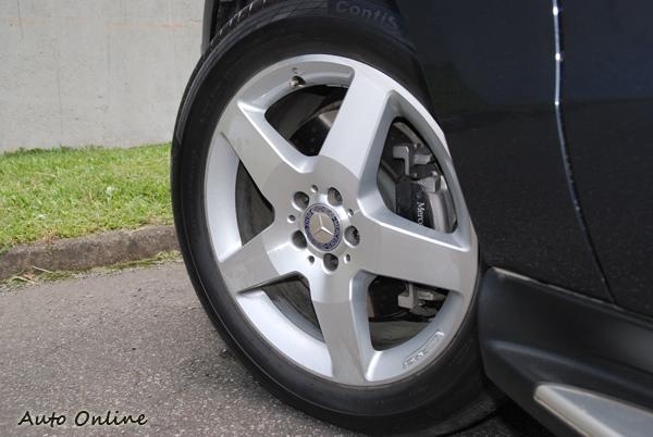試駕車款有選配19吋AMG鋁圈,規格為255/50R19。