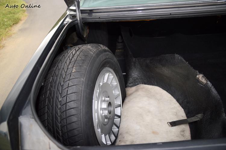 備胎不是擺在行李廂底下,而是擺在側面,再用內裝地毯蓋住,想不透當年為何要這樣設計。