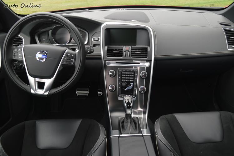 新年式車款的內裝陳設與現行車款一模一樣,因此本文不再多所描述。