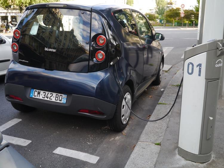 正在使用路邊充電樁充電的Bolloré Bluecar電動車。