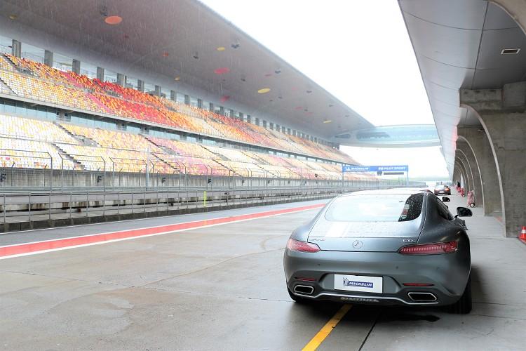 這一關使用的車輛為M-Benz AMG GT S,將在規劃好的某一個賽段做單圈測時,但礙於大雨地面濕滑,取消了測時只有賽道體驗。