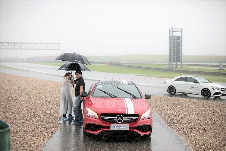 天空不作美,測試的當天下起了大雨,苦了這些又要拍照又要試車的媒體。