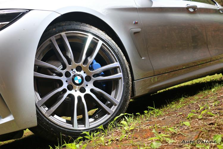 M款鋁圈內部搭配M款煞車套件,除了帥氣之外也提升安全性。