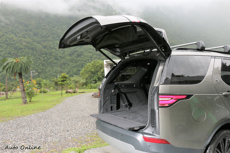 全球車壇首創的隱藏式對開尾門設計,開啟方式是在大面積的後尾門內藏了一片下開式尾門。