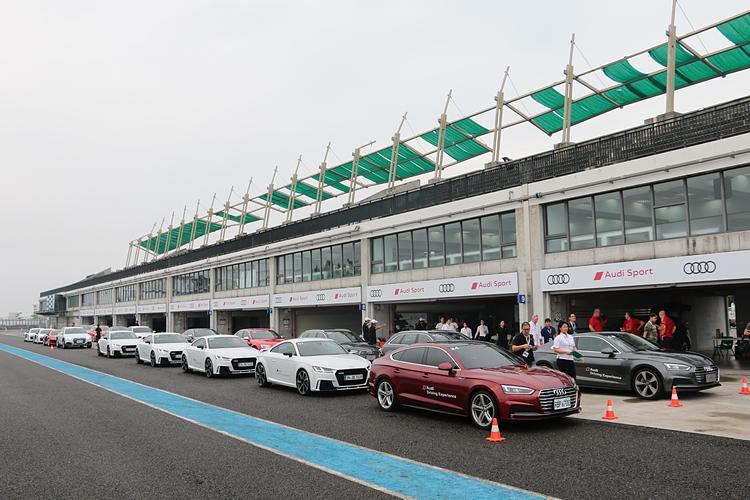 豪華車廠提供價值不斐的高性能車讓潛在客戶在賽道進行試駕,當然主要目的就是為了鞏固品牌忠誠度和吸引下訂買單。