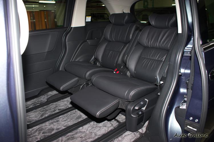 第二排座椅向最後方滑移的話,可得到腿完全向前伸展都還很空的超大空間。
